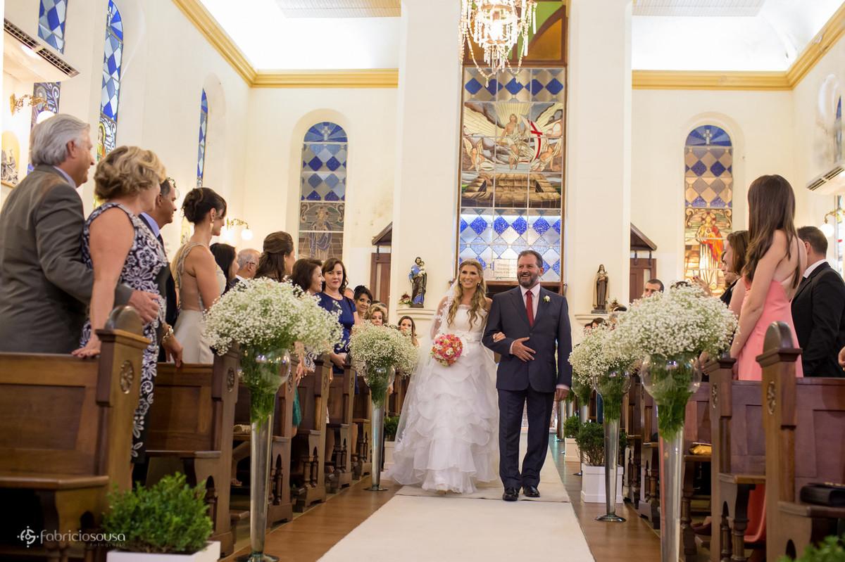 Noiva caminha junto do pai na igreja