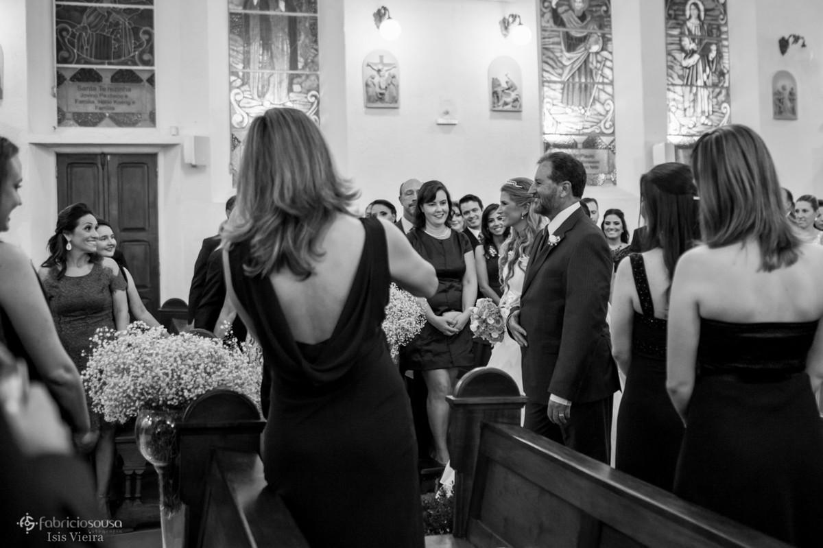 Convidados presentes na igreja registram a entrada da noiva