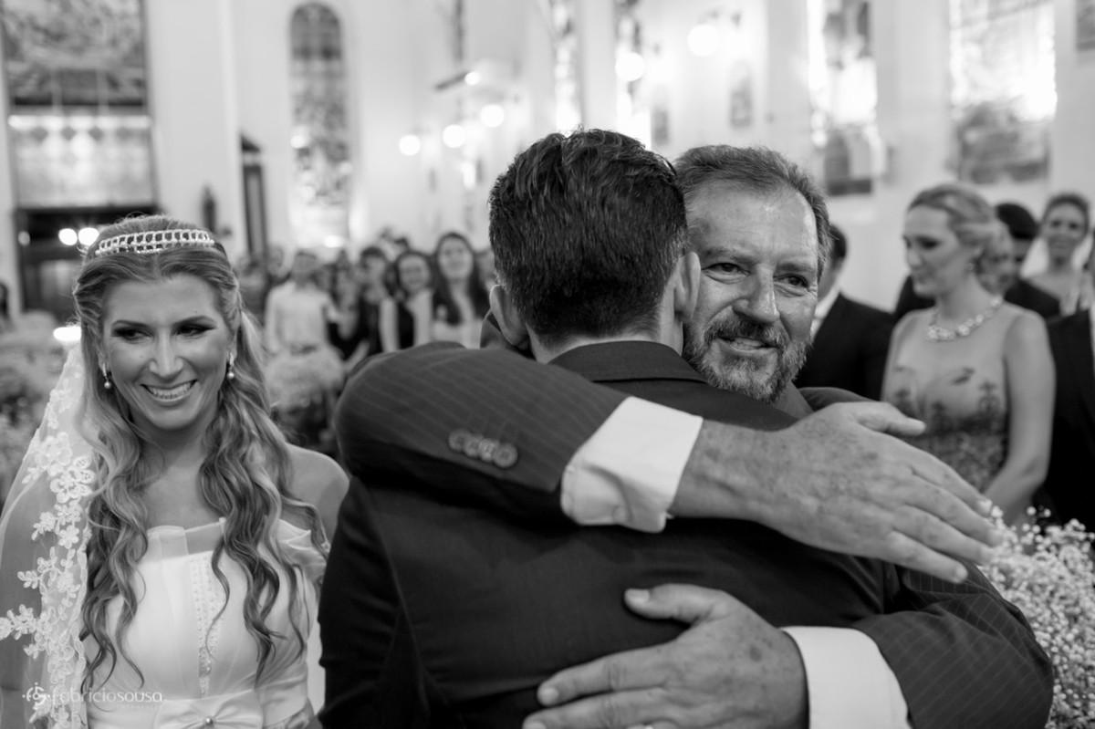 Abraço do noivo no sogro