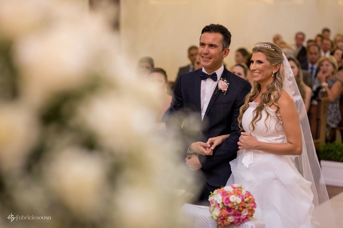 Casal de namorados felizes no altar da igreja