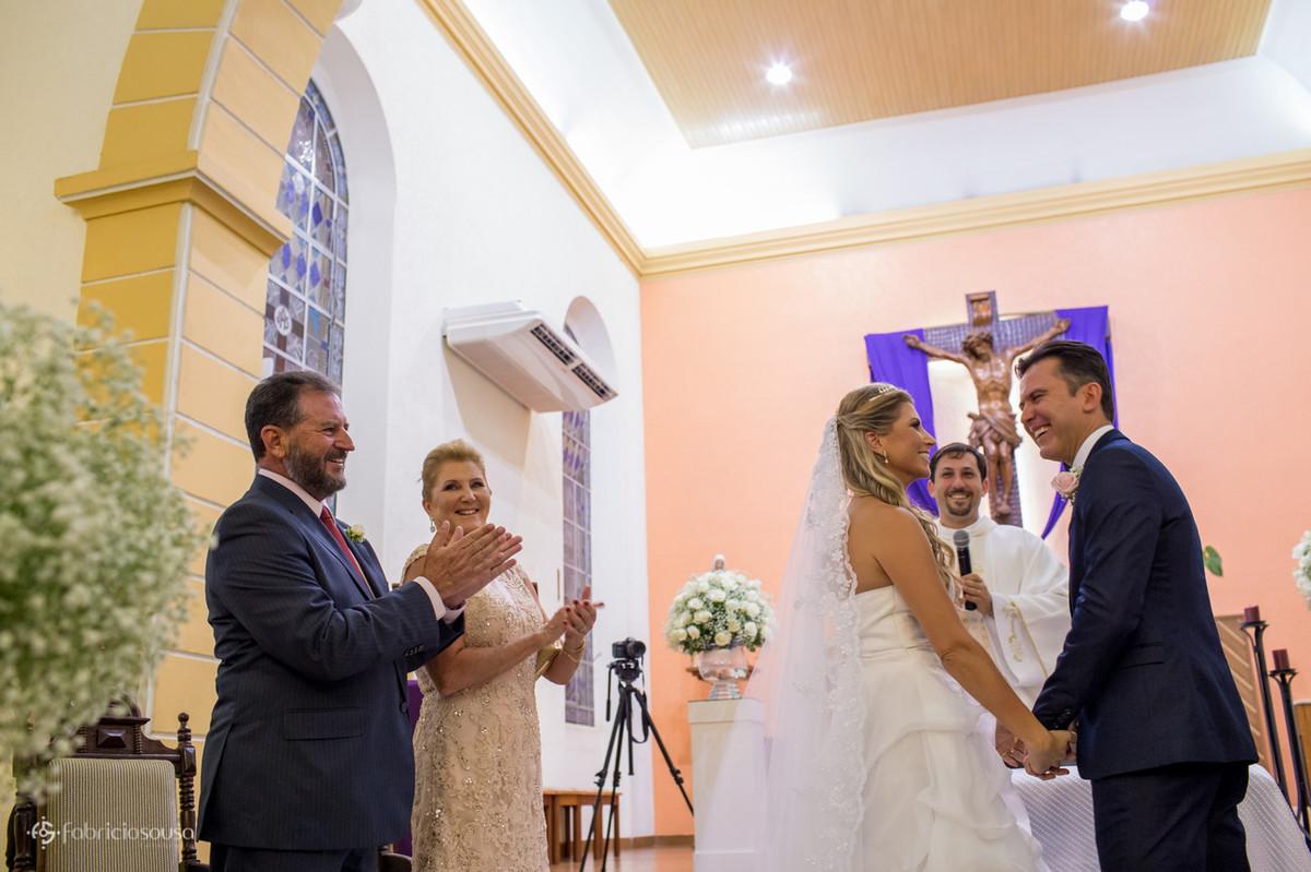 Noivos e familiares na igreja