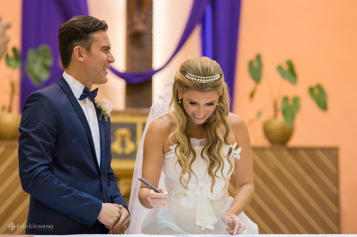 Noiva assina documento na igreja