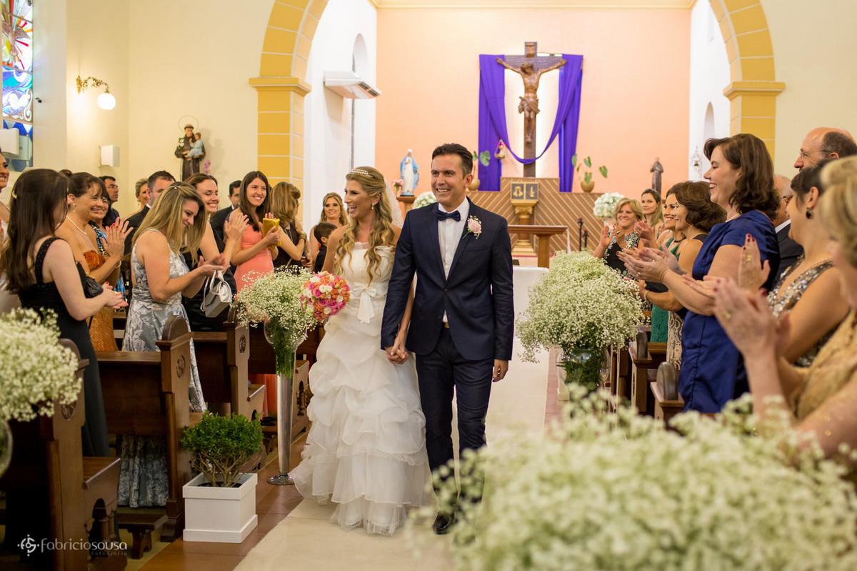 Casal de namorados se dirigem à saída da igreja