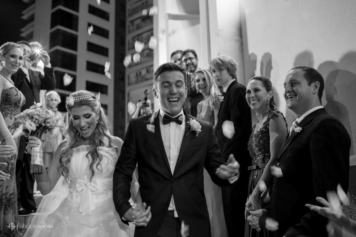 Pétalas de flores caem sobre os noivos recém casados