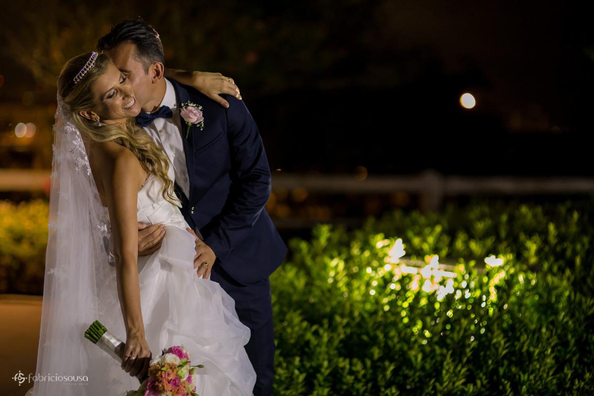 Noivo beija noiva em ensaio
