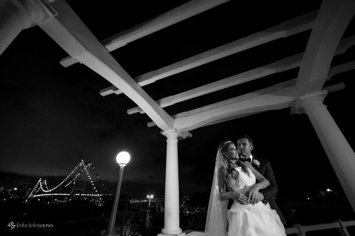 Noivo abraça a noiva e posam para foto