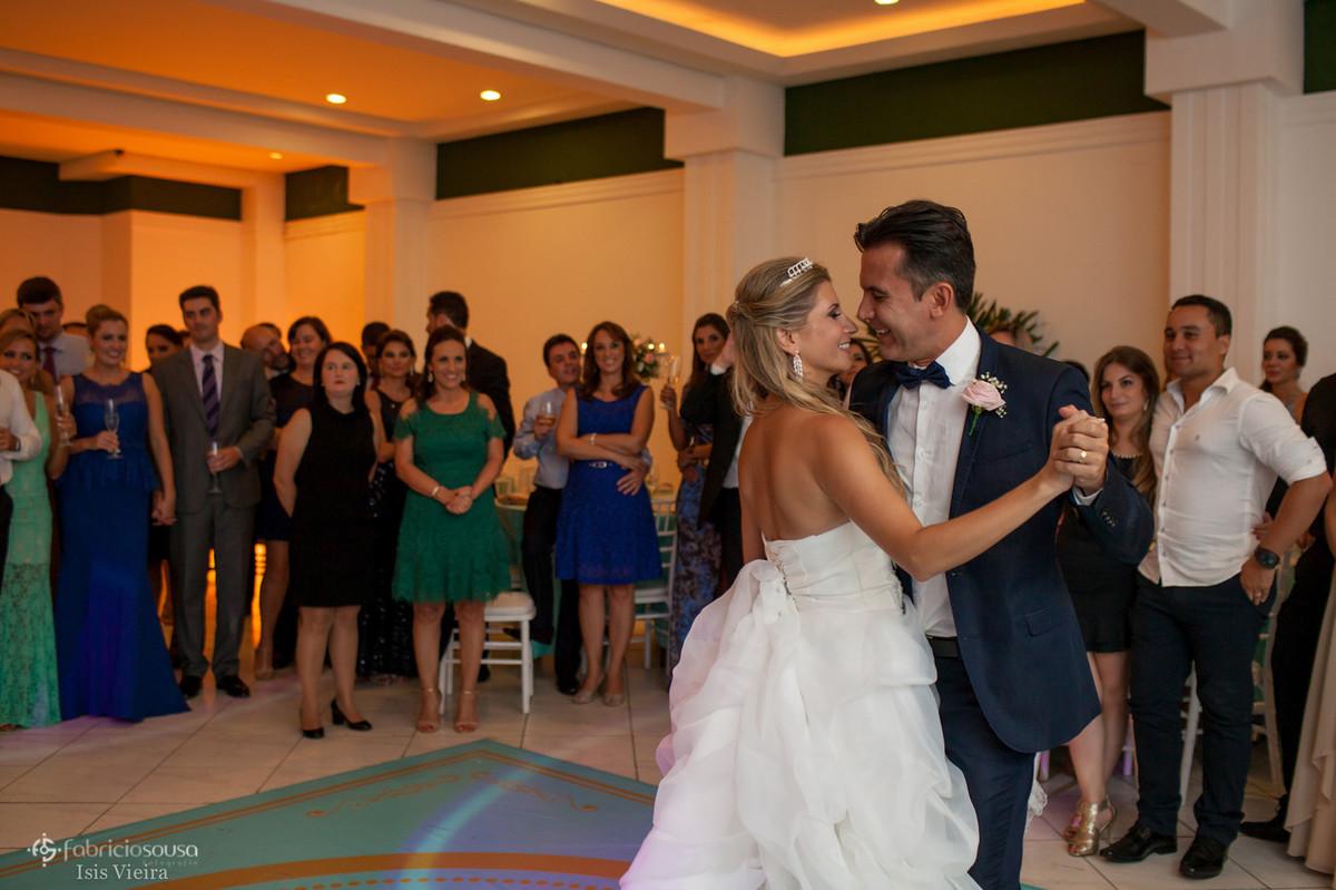 Noiva e noivo iniciam a valsa