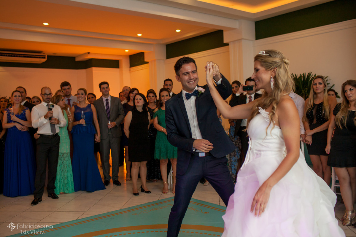 Casal de namorados fazem a primeira dança