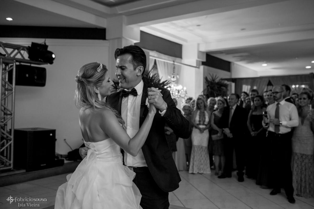 Casal de noivos abrem a pista de dança