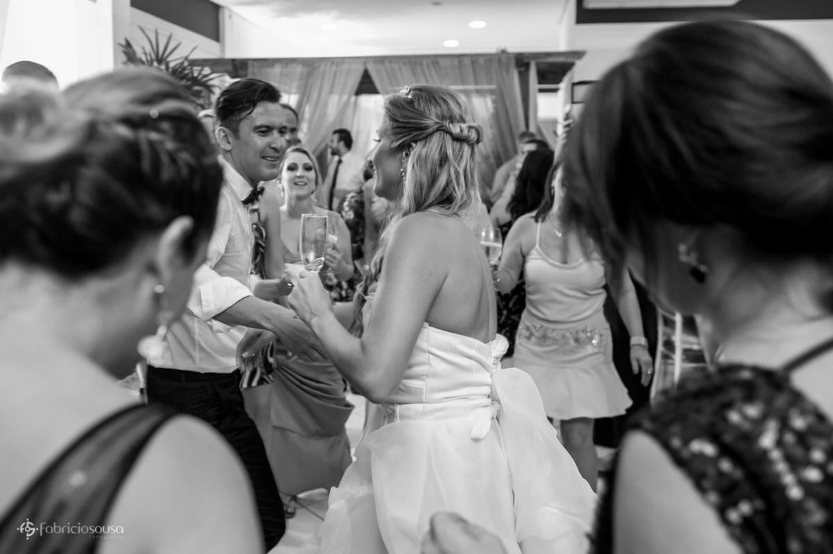 Pista de dança muito animada com noivos e convidados