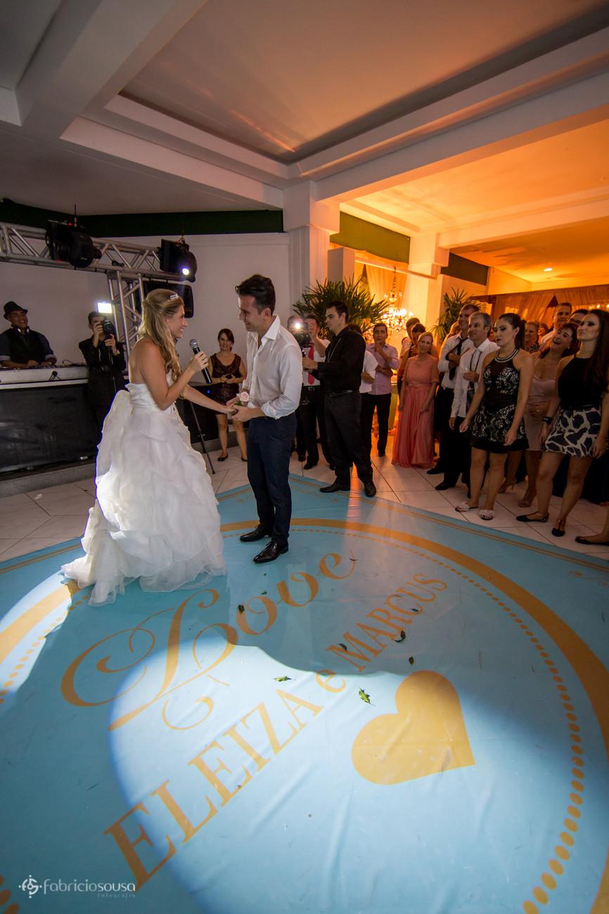 Noiva canta para o noivo enquanto convidados assistem