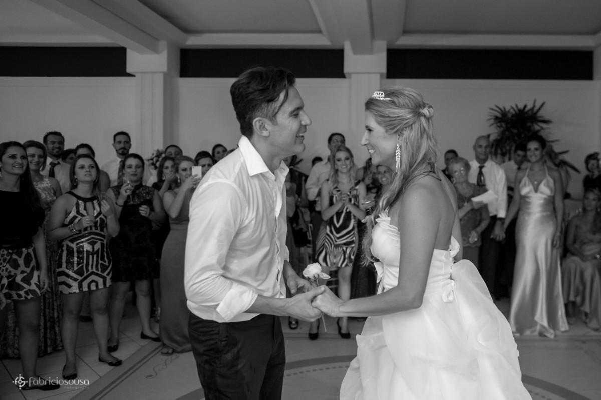 Casal de noivos se namoram na pista de dança