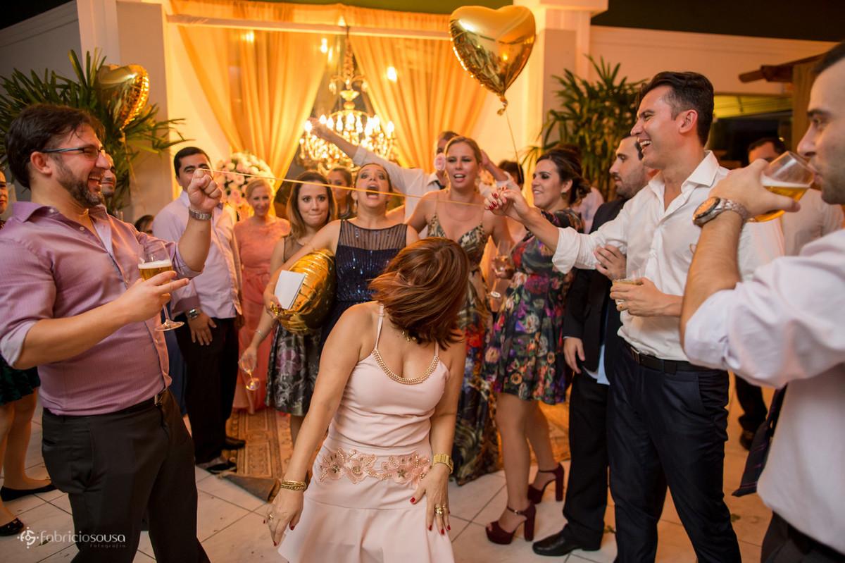 Convidados se divertem com a dança da cordinha