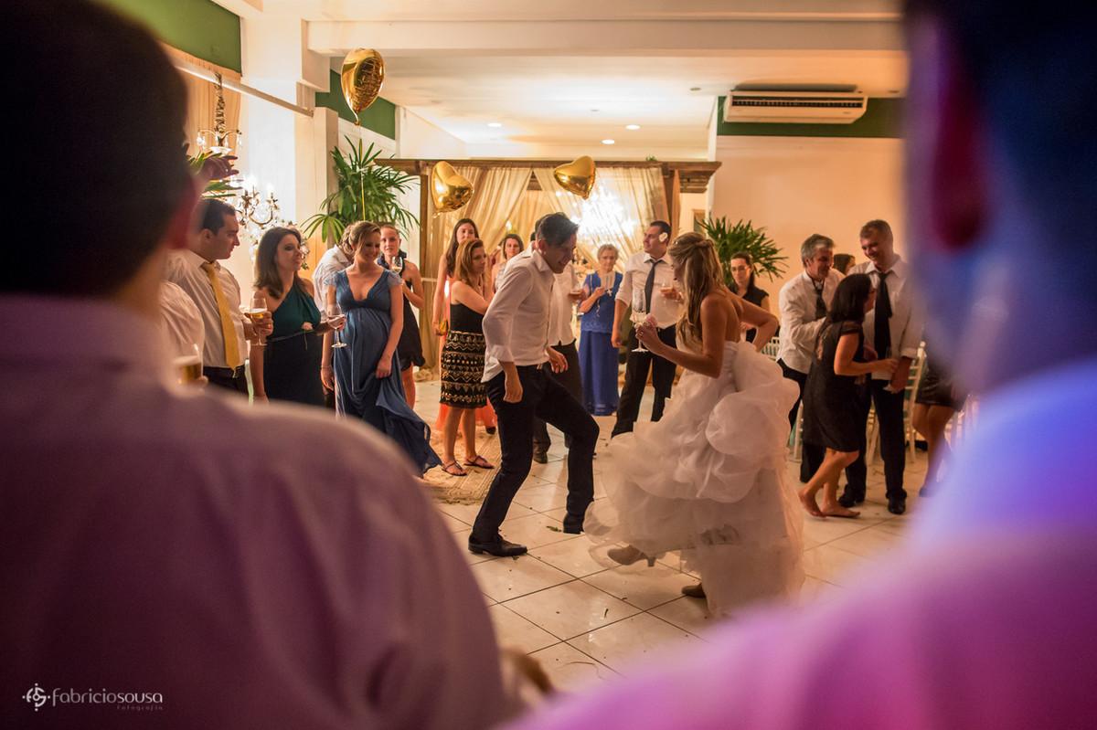 Casal de noivos dançam no centro das atenções