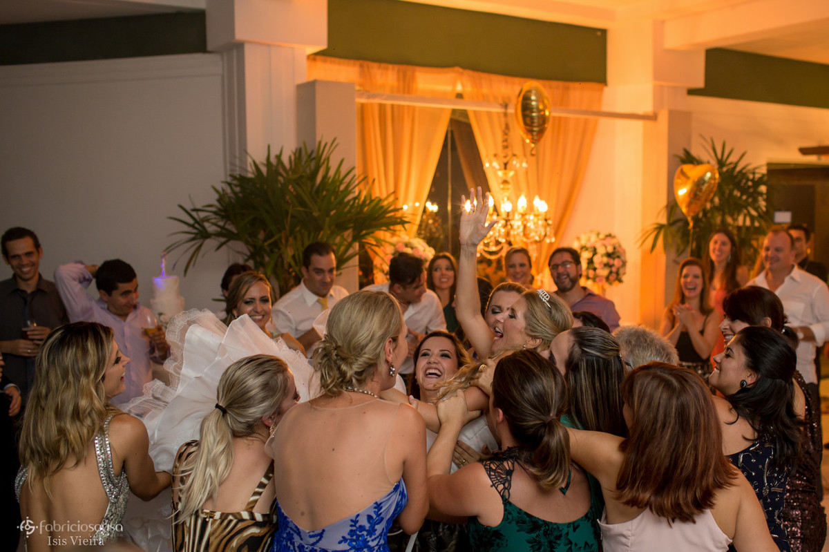 Amigas levantam a noiva do chão