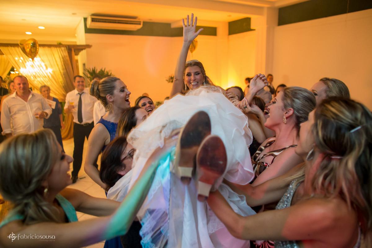 Noiva é erguida pelas amigas e madrinhas
