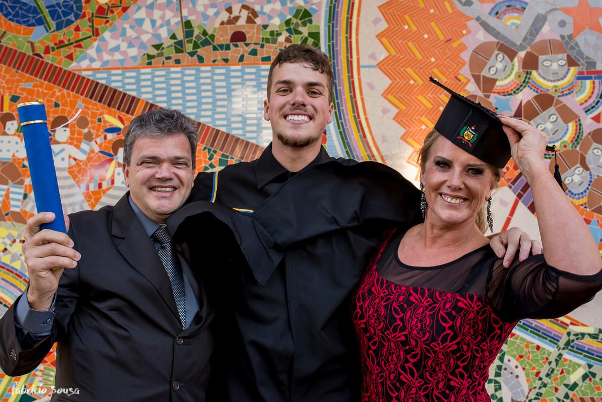 retrato do formando com seus pais na reitoria da UFSC