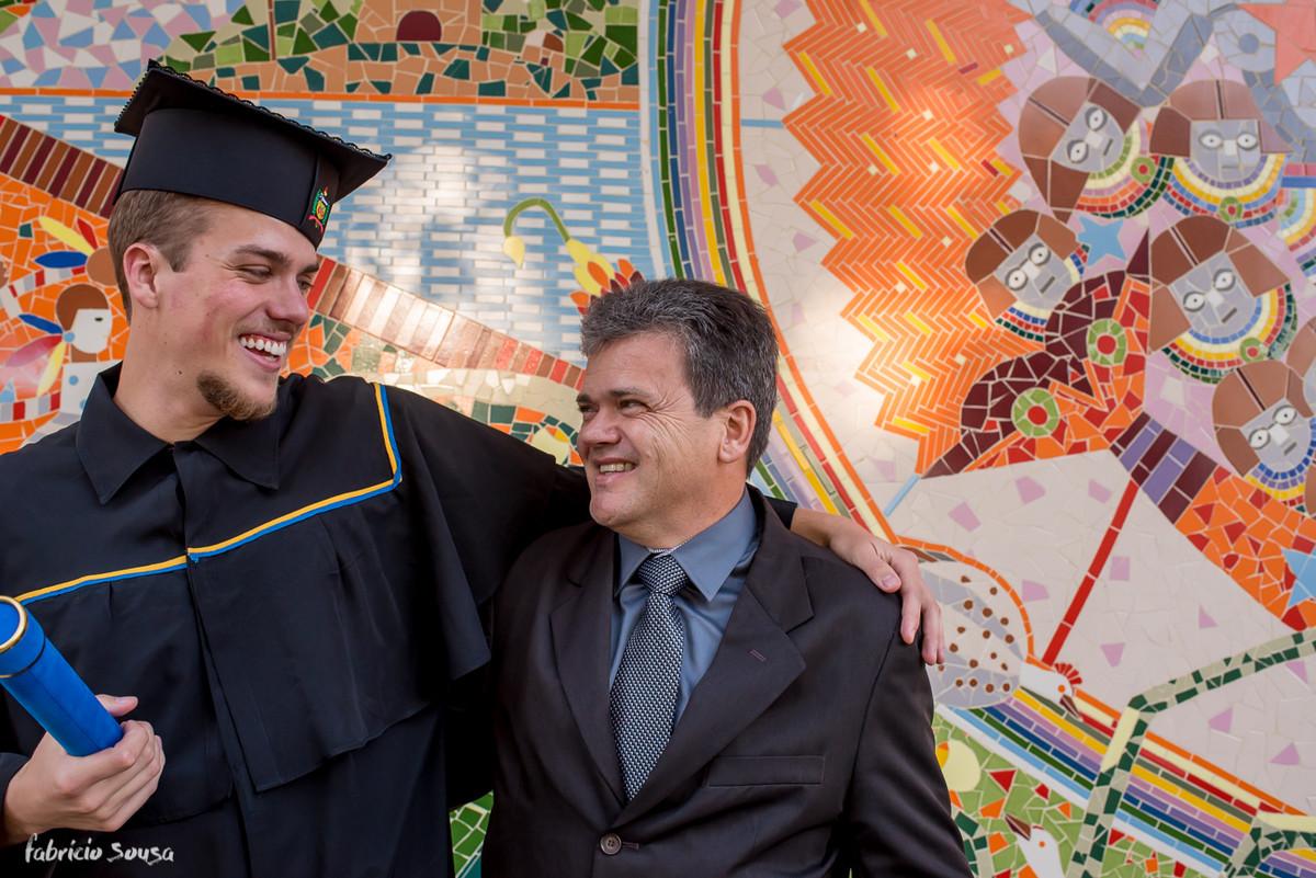 pai e filho se olham após colação de engenharia