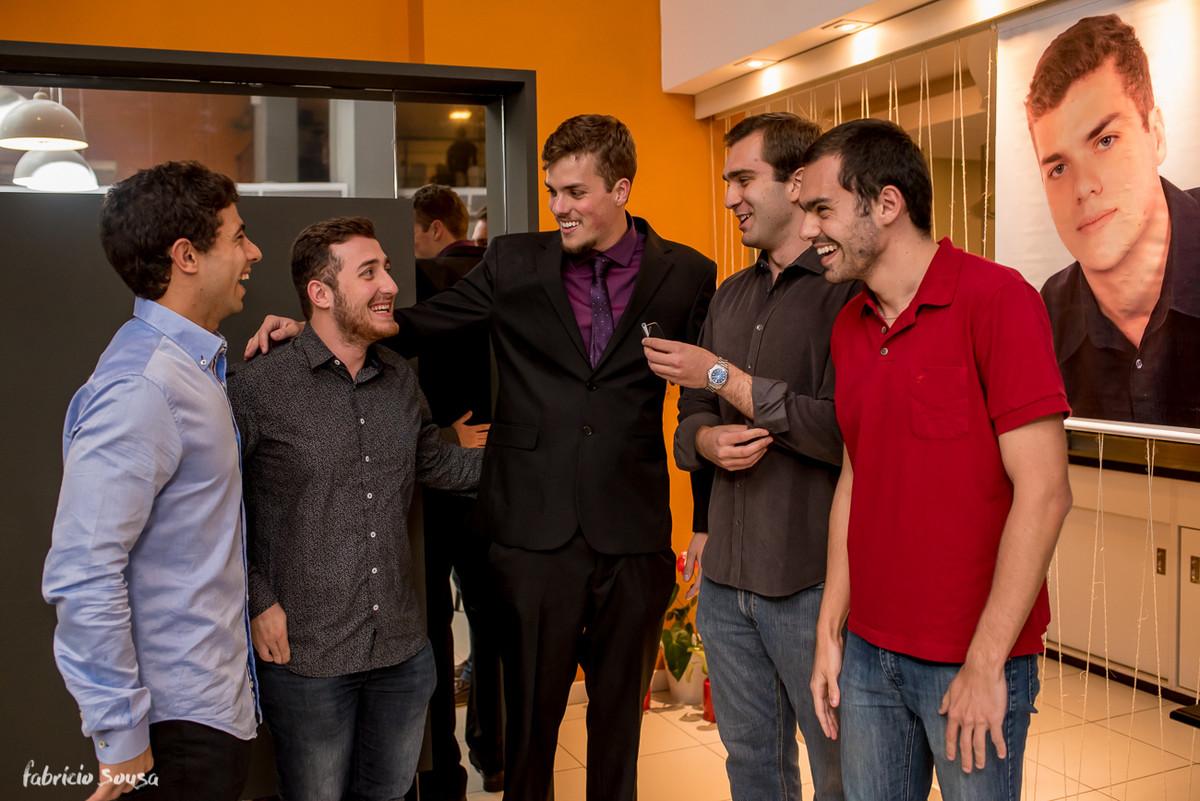 Matheus Allgaier e seus amigos conversando