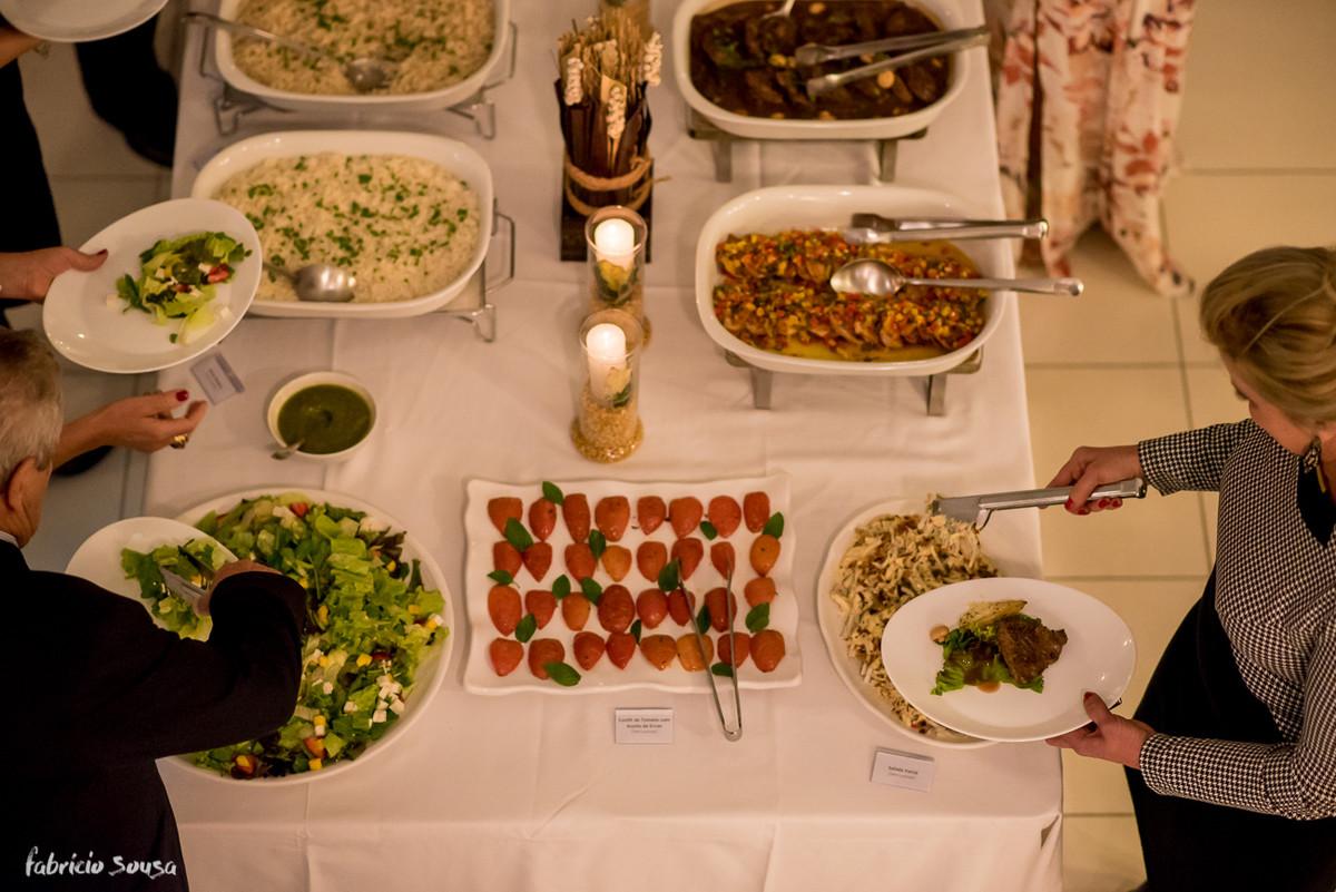 a mesa posta no jantar do restaurante Versá