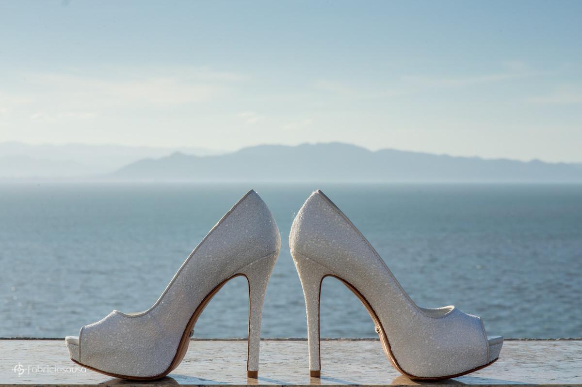 o belíssimo sapato da noiva e a baía norte de florianopolis ao fundo
