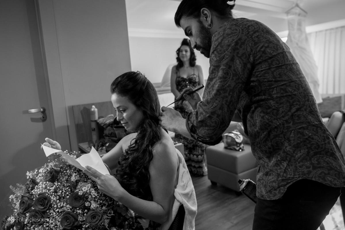 e noiva emocionada ao ler uma carta que o noivo enviou no dia do casamento