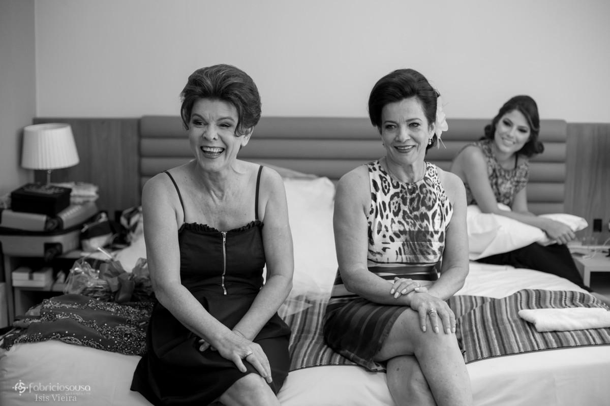 mãe e tia assistem a noiva se arrumar no quarto do hotel