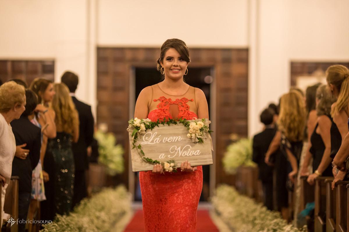 """daminha demoseille com a placa """"la vem a noiva"""" no corredor da capela do colégio catarinense"""