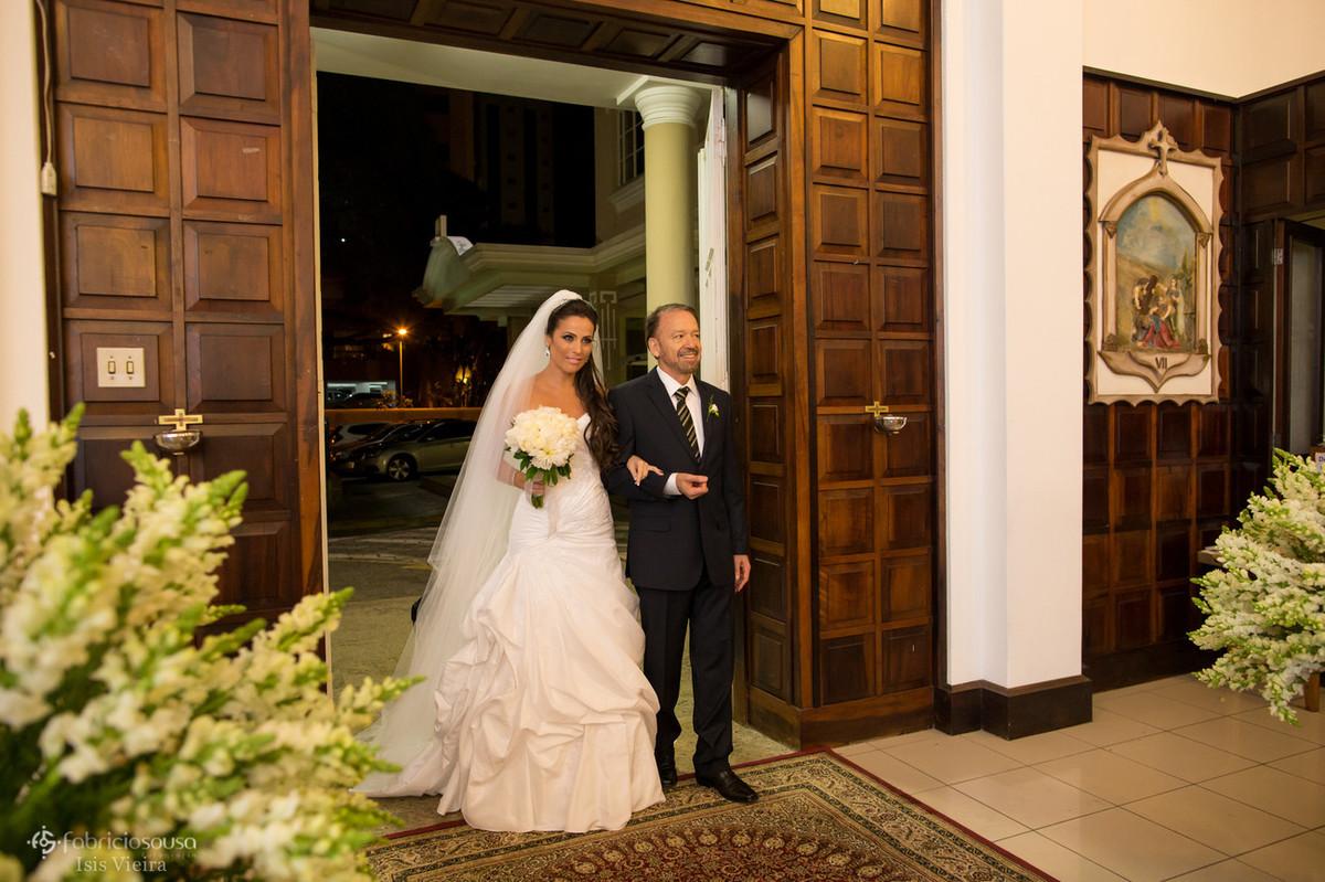 a noiva com o pai na entrada da igreja do colegio catarinense