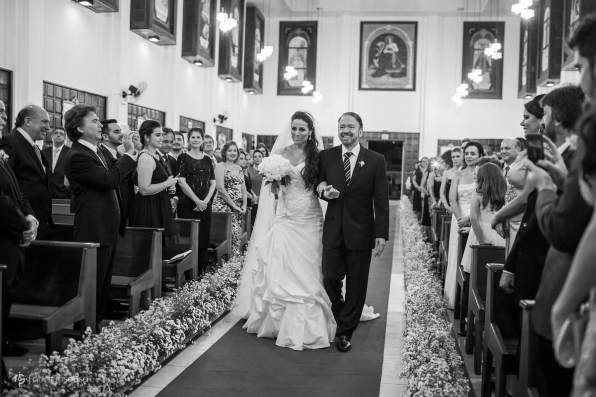 a noiva com o pai Marcos no corredor da igreja