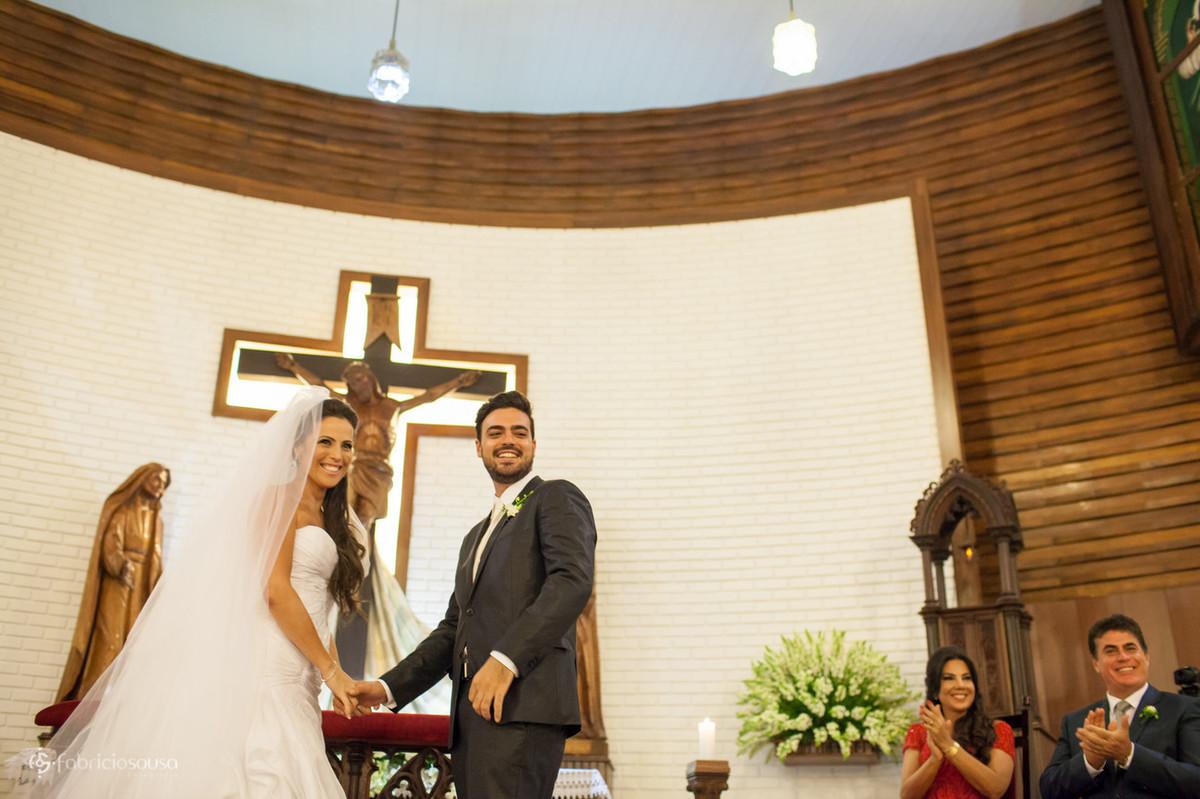 noivos felizes à espera das alianças de casamento
