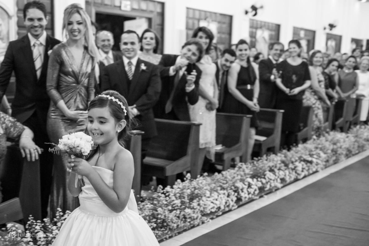 daminha linda filha do noivo leva as alianças