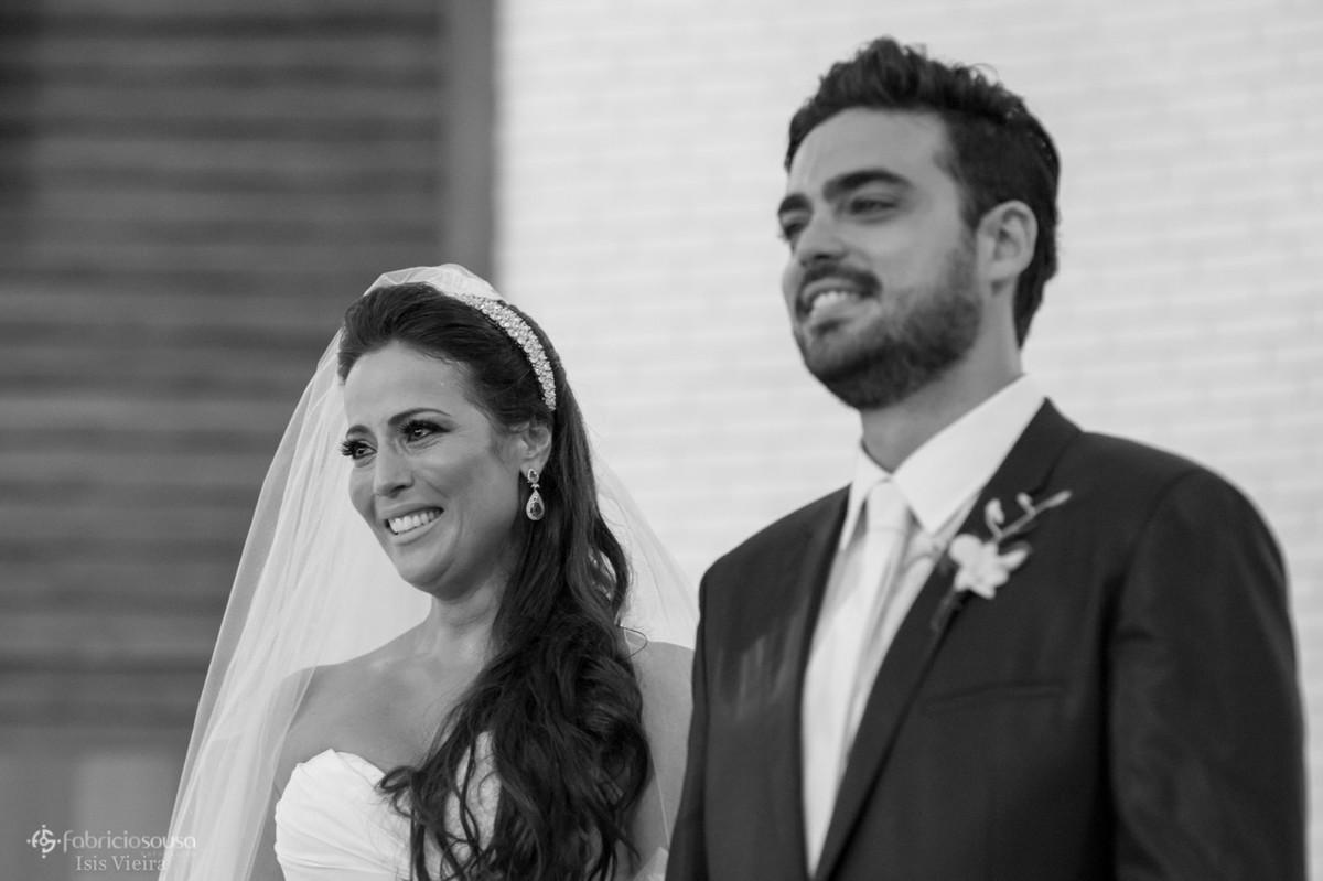 noiva emocionada na entrada de sua enteada na igreja