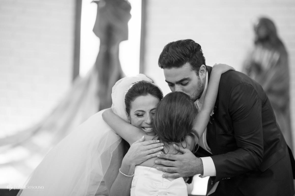 o abraço gostoso da daminha nos noivos