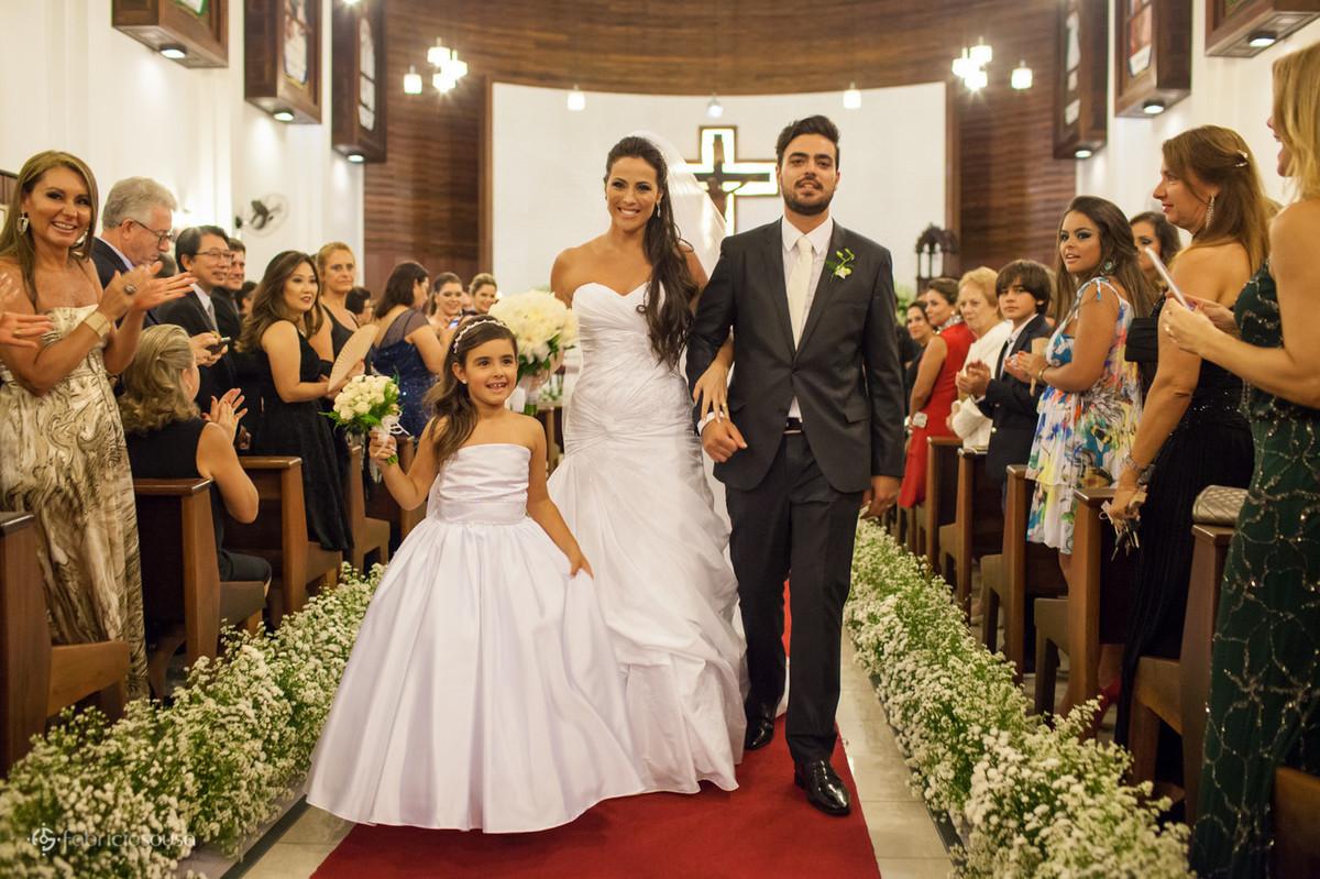 saída dos noivos com a daminha