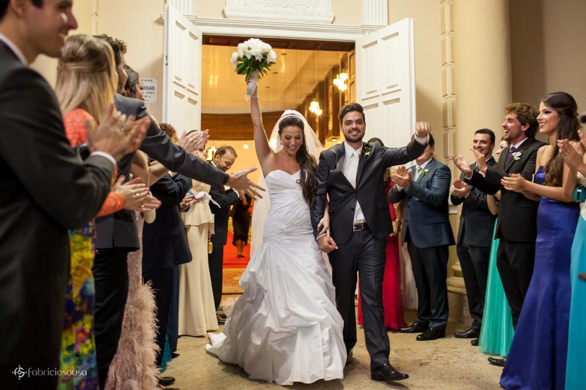 noivos felizes na saída da igreja do colegio catarinense
