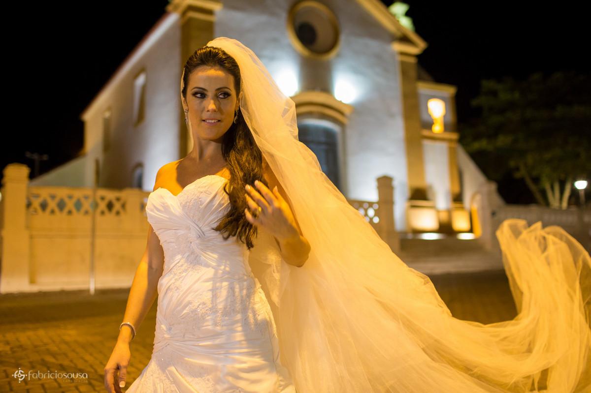 a linda noiva Andrea na frente da igreja de nossa senhora das necessidades em santo antonio de lisboa