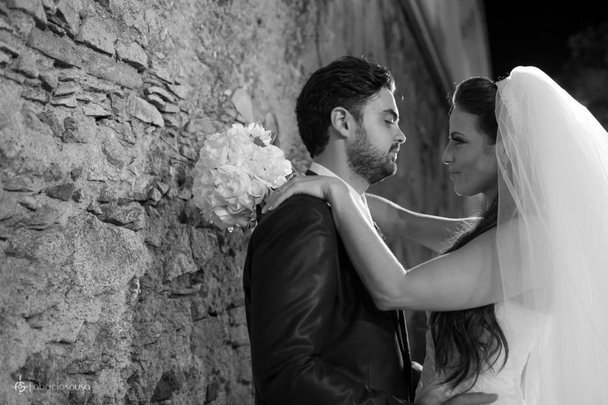 noivos namorando na sessão pós-casamento em santo antonio de lisboa lindo local de Florianopolis