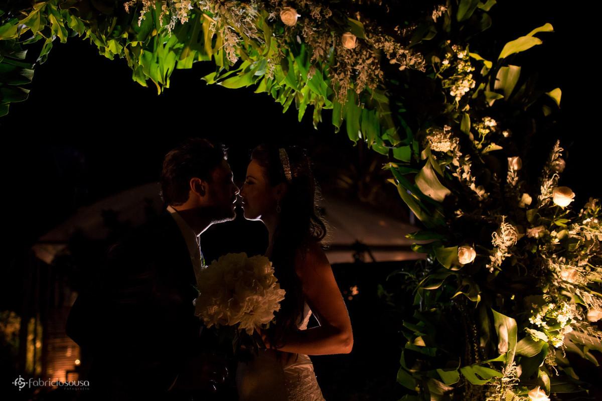silhueta do casal de noivos na entrada do Le barbaron