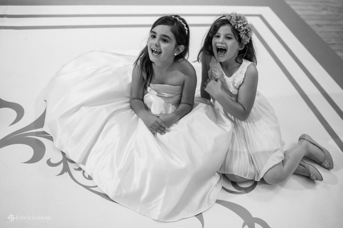 crianças (daminha) sentada na pista de dança do casamento