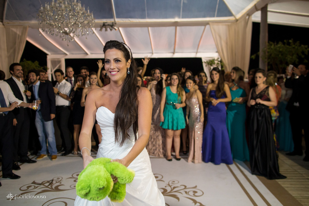 a noiva prestes a jogar o sapo na pista do Le BarBaron