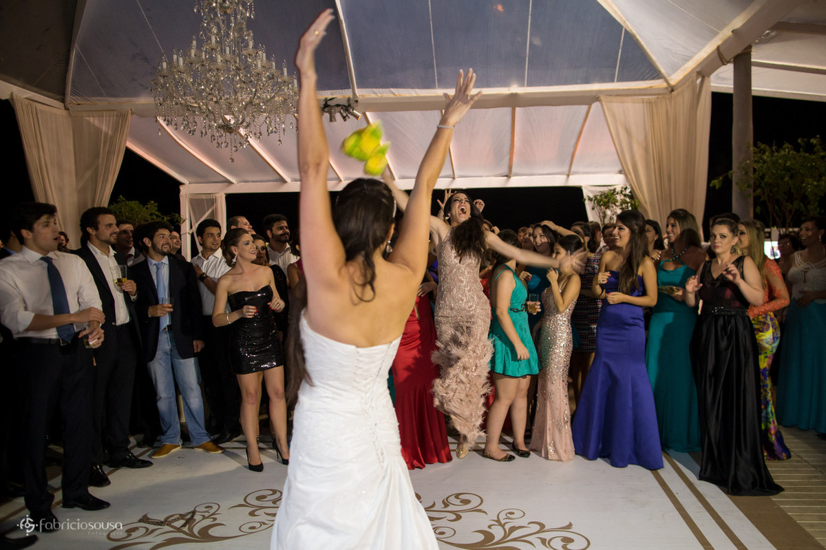 a irmã da noiva comemora a captura do sapo buquet