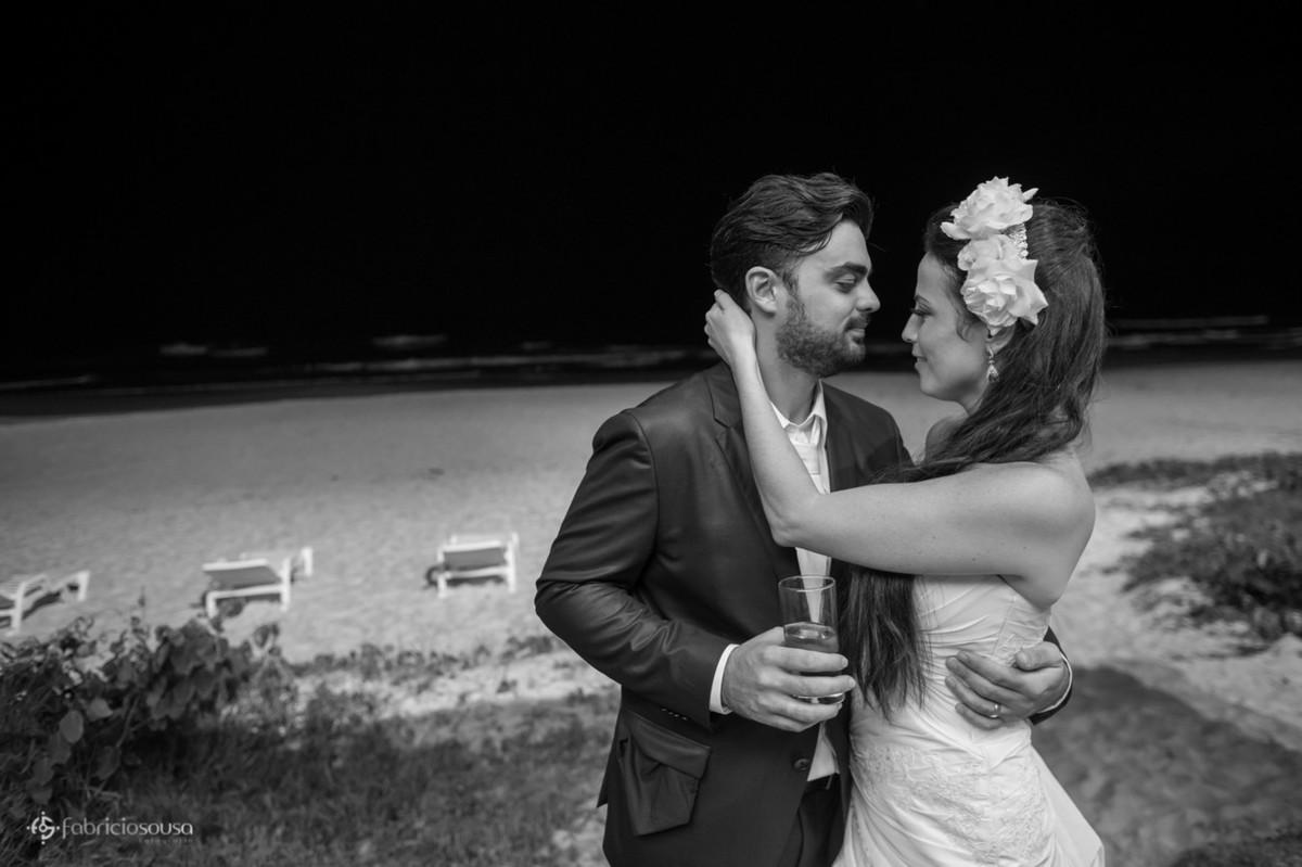 o último beijo do casal à beira do mar na praia Brava em Floripa