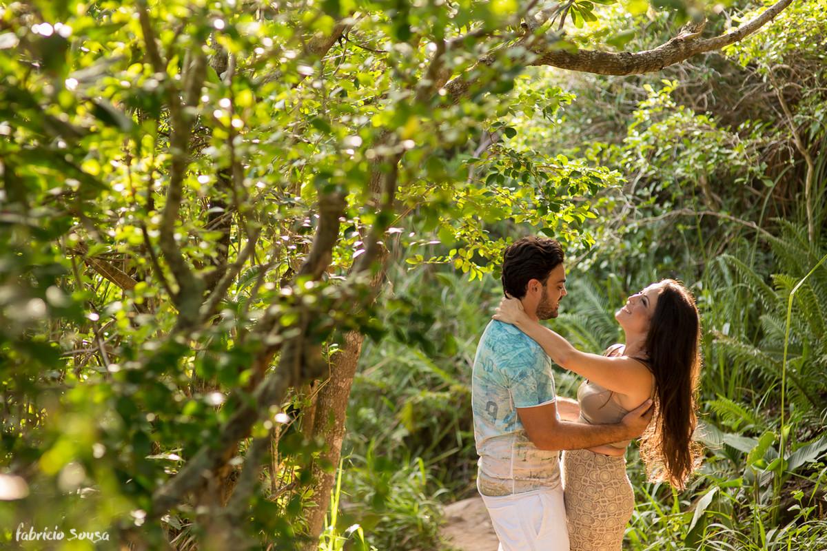 ensaio pre-casamento na trilha da praia