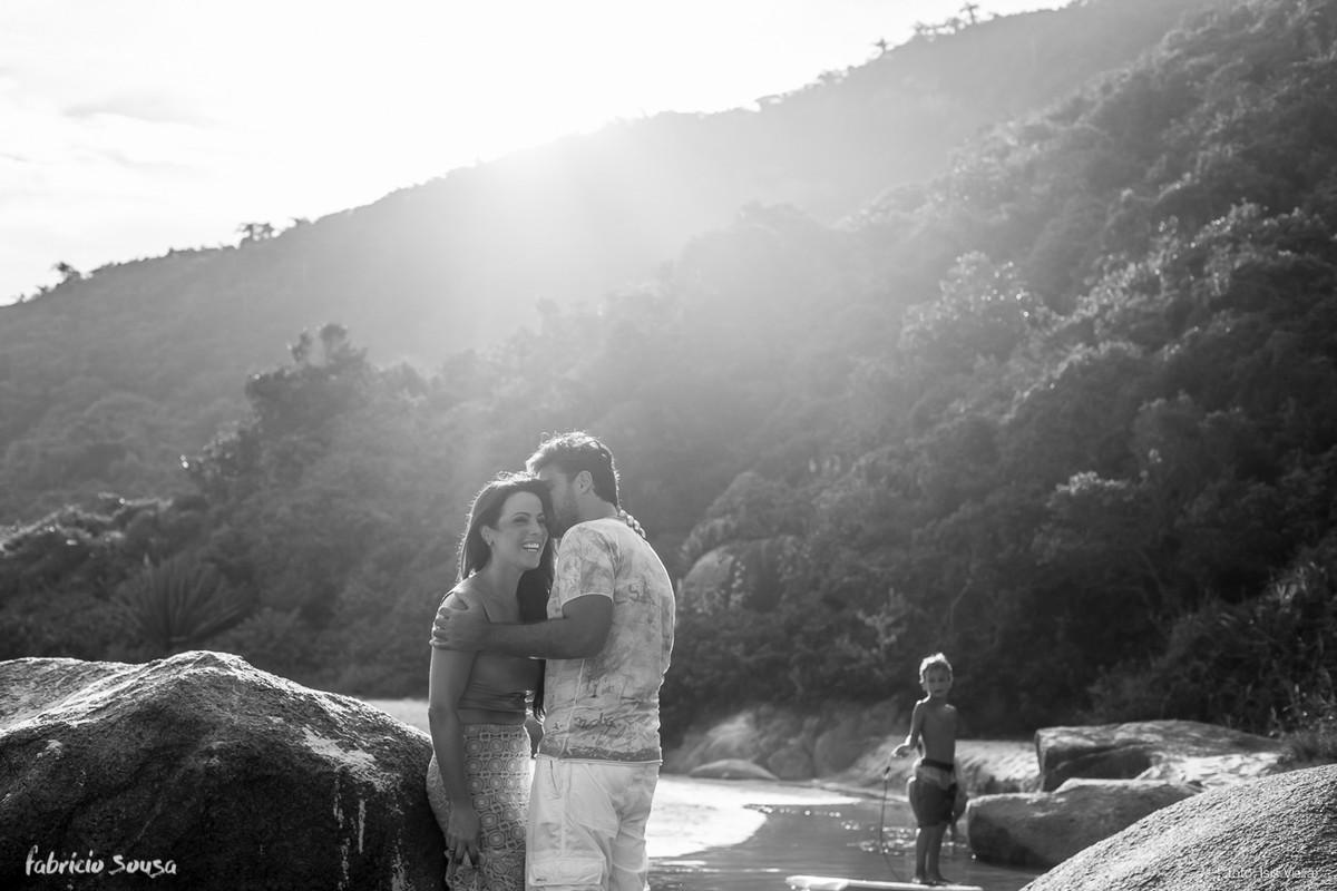 contraluz preto e branco na foto do casal na praia - menino assiste