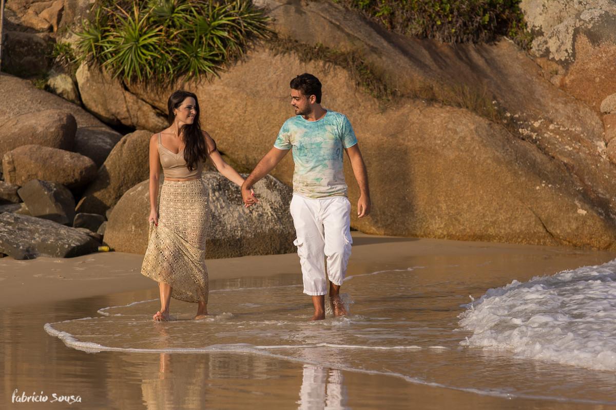 caminhando de mãos dadas no costão da Praia Brava em Floripa