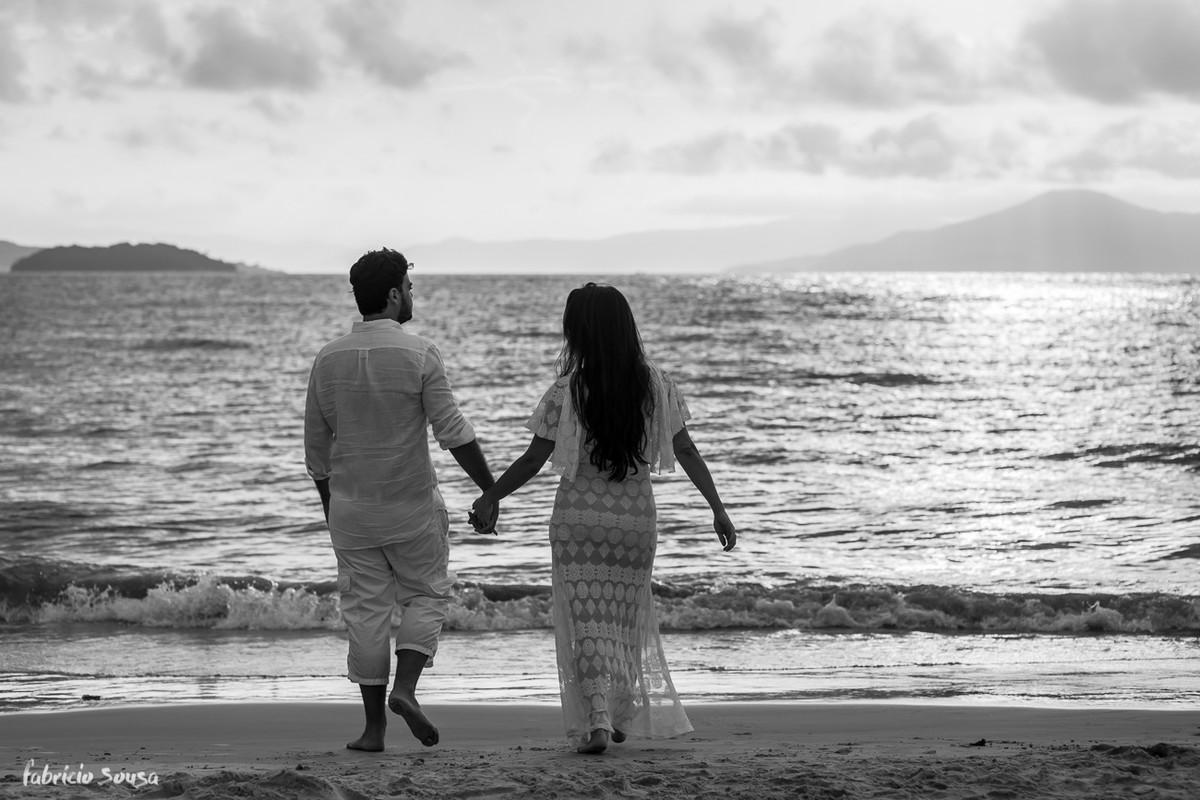 casal caminha em ensaio na praia de ponta das Canas