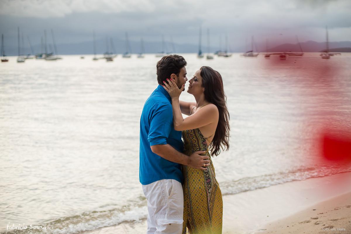beijo na praia no ensaio de casal