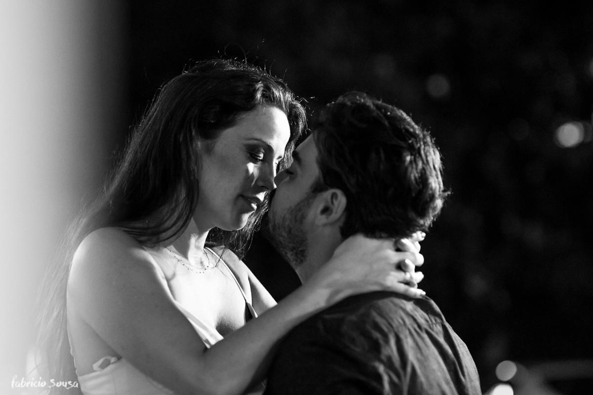 retrato pb romantico dos noivos em ensaio pre-casamento