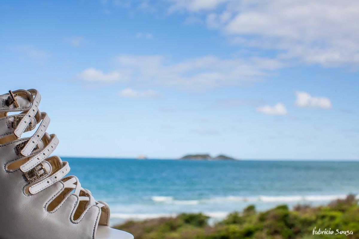 sapato da noiva na janela da praia dos ingleses - mar azul